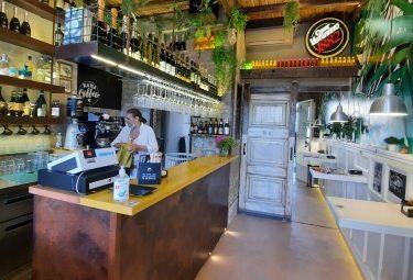 Piccolo Bar, con plateatico in centro, Cremona